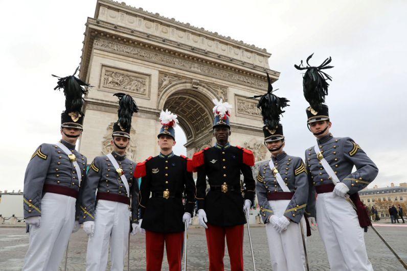 У Триумфальной арки в Париже перед началом мемориального мероприятия по случаю 100-летия окончания Первой мировой войны.
