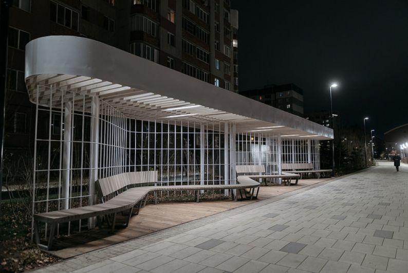 Навес с освещением, где можно проводить мероприятия (он оснащен розетками).