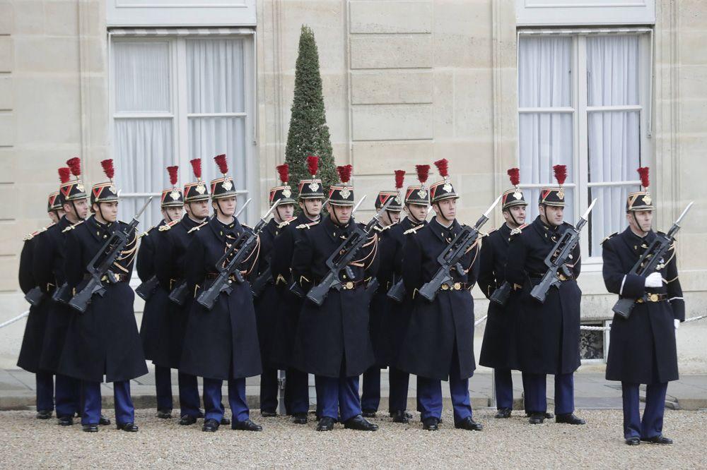 Почетный караул у Елисейского дворца перед началом мероприятий, посвященных 100-летию окончания Первой мировой войны.