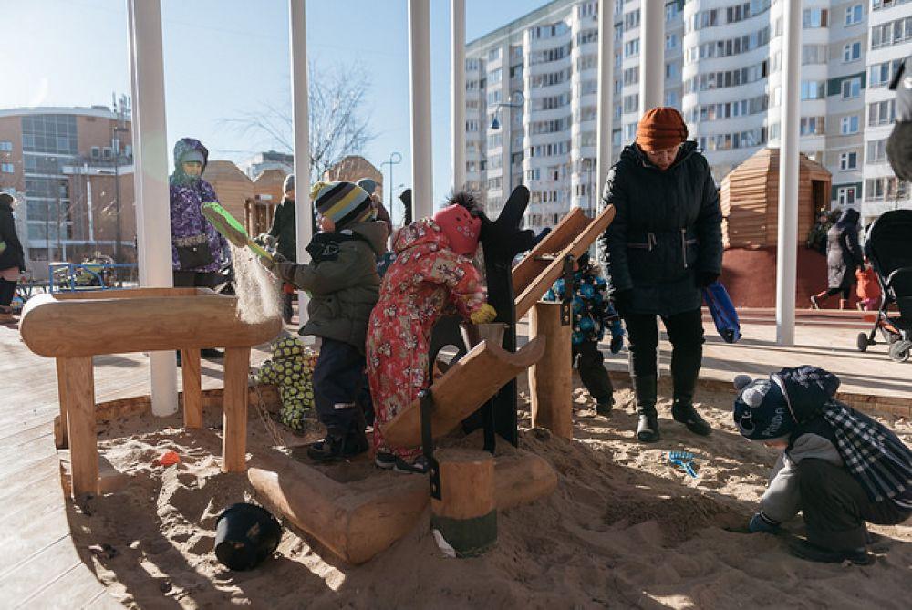 В детской зоне расположился игровой комплекс в виде «домиков-гнёзд» и песочница под навесом.