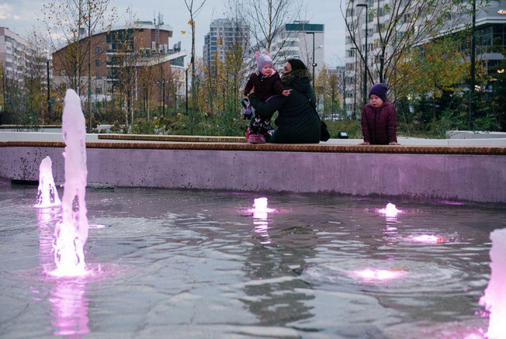 Пешеходный фонтан с подсветкой.