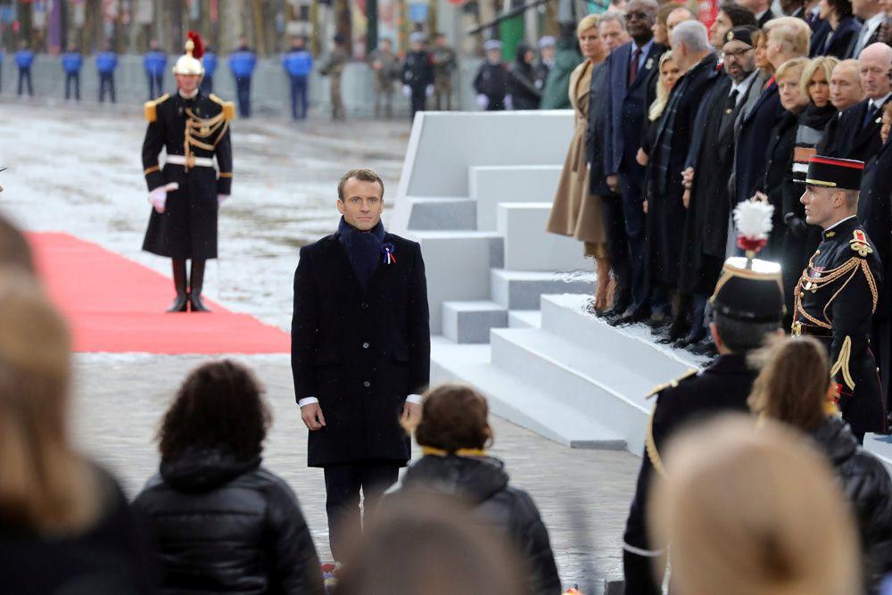Президент Франции Эмманюэль Макрон перед Могилой неизвестного солдата.