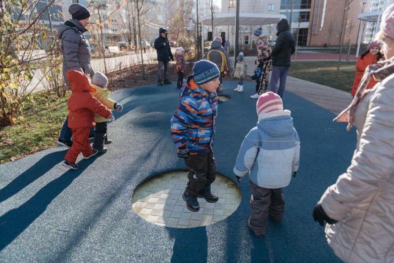 Игровую зону огибает дополнительный пешеходный маршрут «Секретная тропа» — квест с отдельными остановками, батутами и холмами, по которым можно бегать.