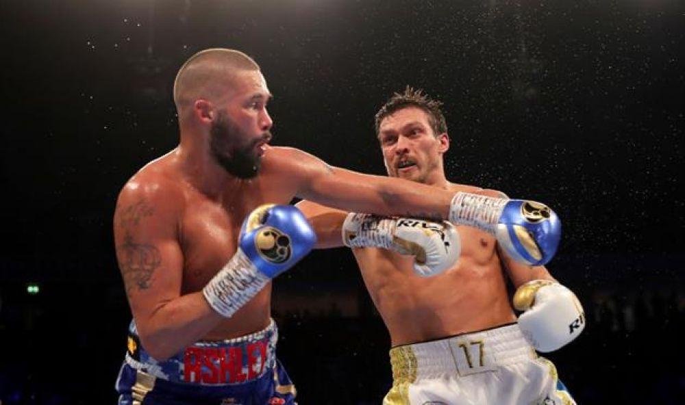 Начало поединка активно начал Тони Беллью. Первые два раунда британский боксер пытался атаковал Усика издалека. В третьем раунде инициативу перехватил уже украинский боксер и провел несколько атак.