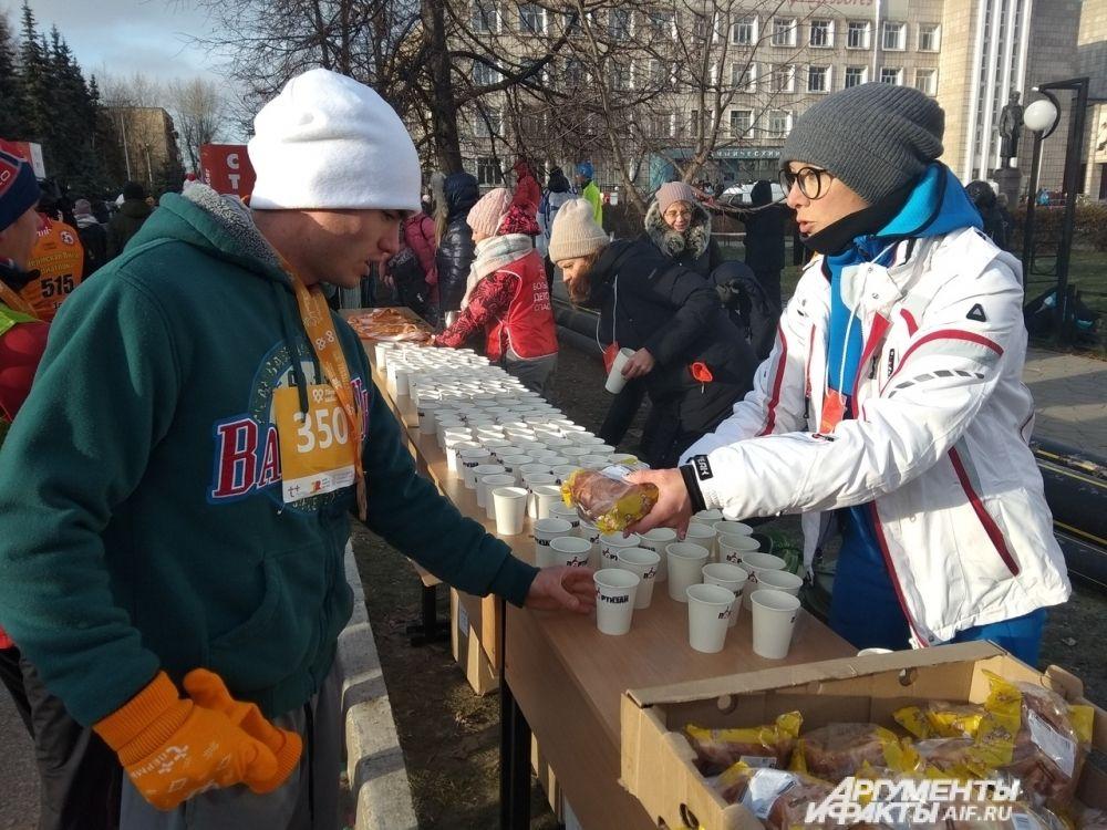 Всех участников угощали горячим чаем.