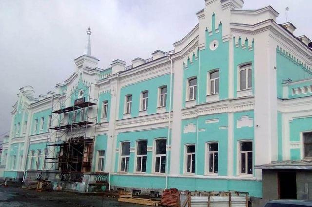 Последним пунктом в реставрации здания станет монтаж наружной подсветки.
