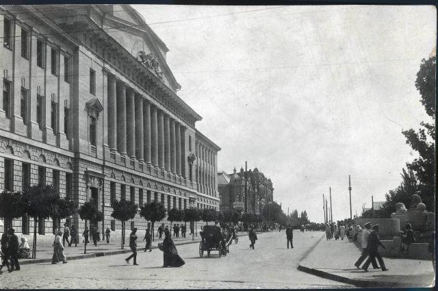 Вот так выглядело здание конторы Госбанка в 1917 году (ул. Большая садовая/Средний проспект (ныне пр. Соколова))