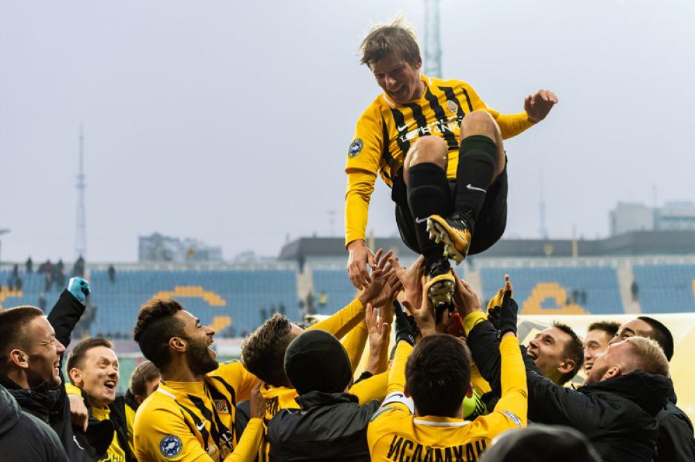 В ноябре 2015 года по приглашению нового главного тренера казахстанского клуба «Кайрат» Александра Бородюка прибыл в Алма-Ату. В марте 2016 года подписал контракт с «Кайратом» по схеме 1+1 и стал самым высокооплачиваемым футболистом клуба.