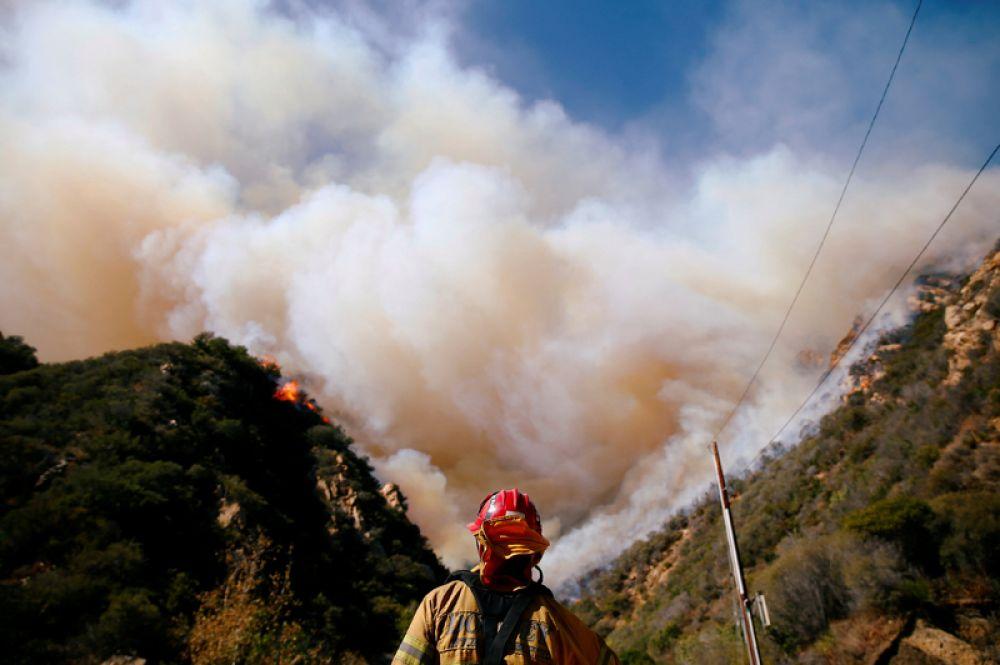 Крупный пожар Вулзи в южной части штата Калифорния.