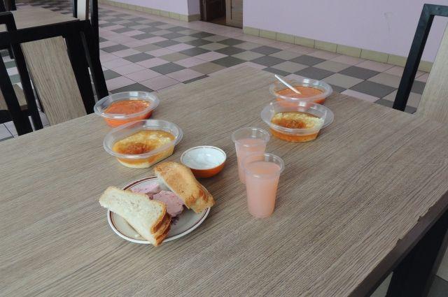 После обеда в школьной столовой девять учеников младших классов заболели сальмонеллёзом.