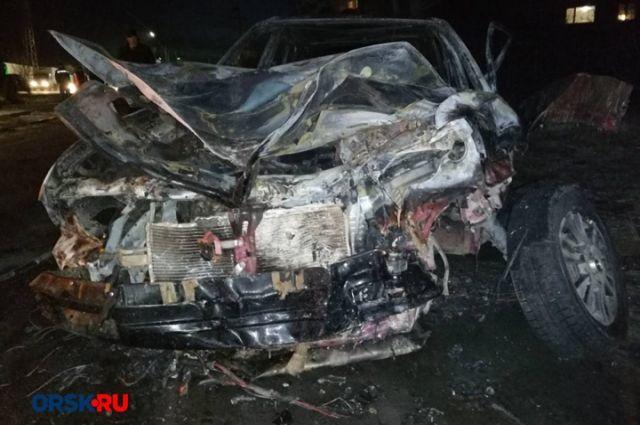 В Орске угонщик врезался в столб, машина сгорела