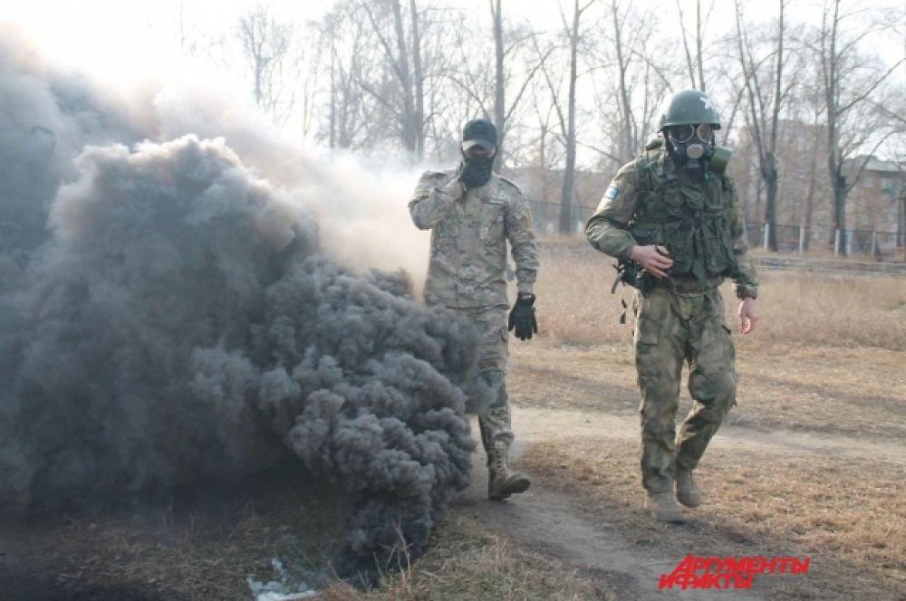 Школьники и студенты были в специальной военной форме, чтобы игры были максимально приближены к реальным условиям.