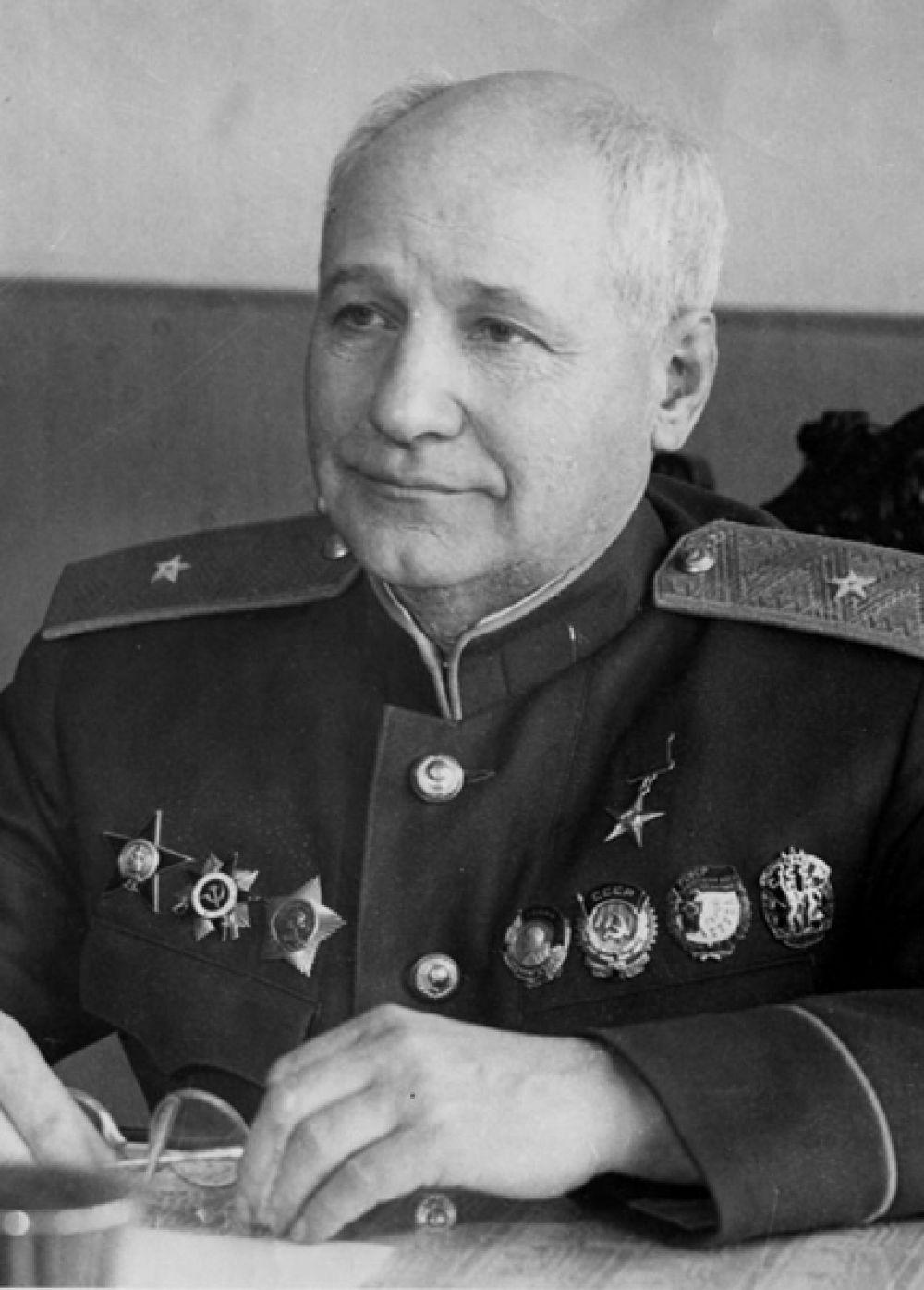 Именем авиаконструктора Андрея Николаевича Туполева могут быть названы два столичных аэропорта, «Внуково» и «Шереметьево», а также аэропорты Казани и Омска.