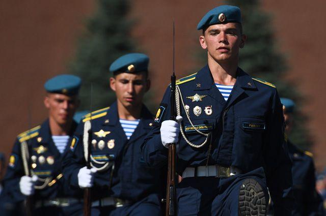 Курсанты Рязанского высшего воздушно-десантного командного училища имени генерала армии В. Ф. Маргелова.