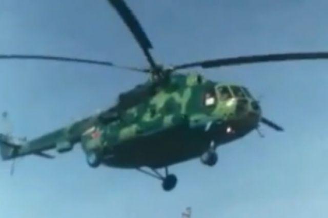 Видео: на Илекской трассе приземлился вертолет.