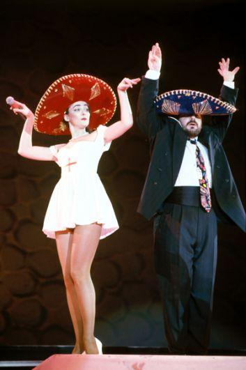 Кабаре-дуэт «Академия» — Лолита Милявская и Александр Цекало —выступают на «Рождественских встречах» Аллы Пугачевой, 1992 год.