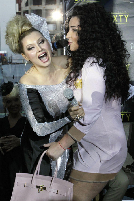 Писательница Лена Ленина и певица Лолита Милявская на церемонии вручения званий «Народного Артиста», 2011 год.