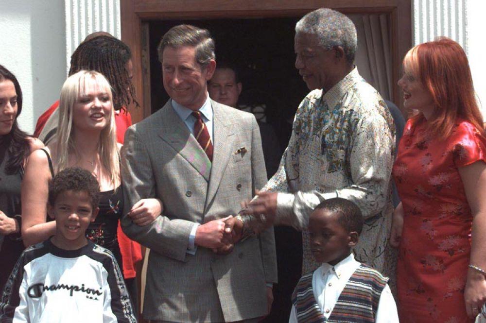 Принц Чарльз во время визита в ЮАР, где он встретился с президентом Нельсоном Манделой и британской поп-группой «Spice Girls». 1997 год.