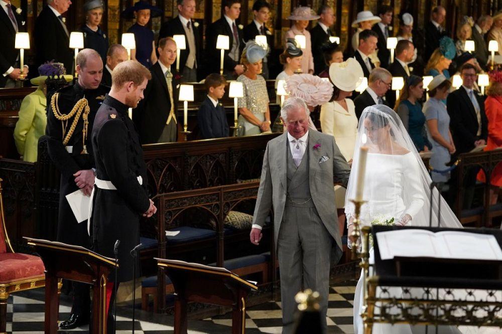Свадьба принца Гарри и Меган Маркл. Принц Чарльз ведет невесту к алтарю. 2018 год.