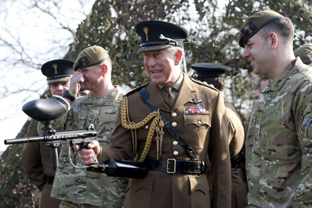 Принц Чарльз стреляет из пейнтбольного оружия. 2012 год.