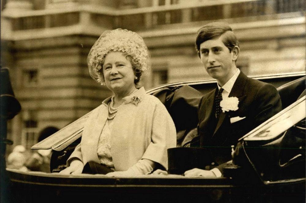Королева-мать Елизавета с внуком Чарльзом во время парада Trooping the Colour — традиционной церемонии в честь дня рождения Королевы. 1968 год.