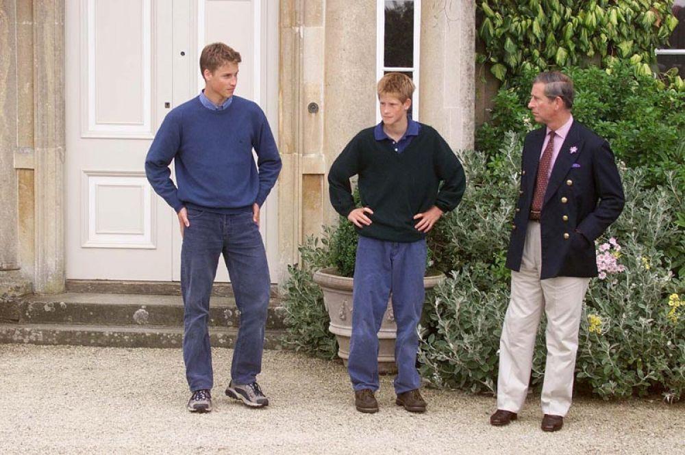 Принц Чарльз с сыновьями, Уильямом и Гарри , в поместье Хайгроув, Глостершир. 1999 год.