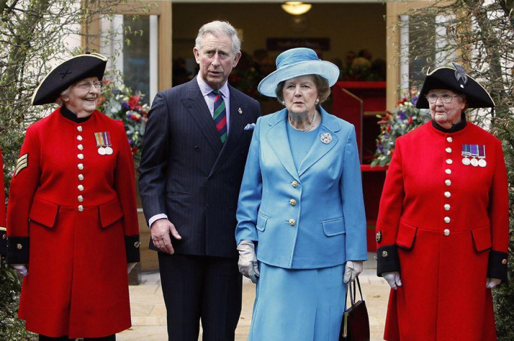Принц Чарльз и бывший премьер-министр Великобритании Маргарет Тэтчер участвуют в открытии нового корпуса в королевской больнице «Челси» в Лондоне. 2009 год.