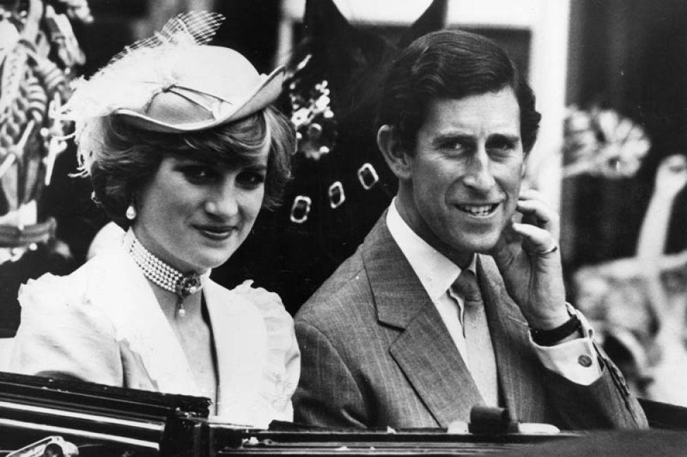 Принц Чарльз и принцесса Диана по дороге на вокзал Ватерлоо, откуда они отправятся в свадебное путешествие. 1981 год.