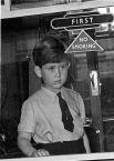 Принц Чарльз смотрит в окно королевского поезда, Лондон, 1954 год.