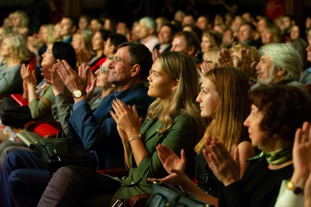 Зрители восхищены мастерством исполнителей.