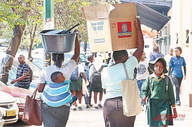 В Зимбабве про запас с прилавков сметают всё.