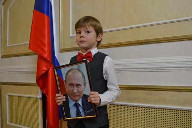 Роман Отинов на вручении подарка от Президента страны.