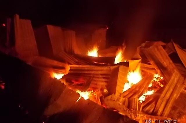 Прибывшие первые пожарные расчеты огня по внешним признакам не обнаружили.