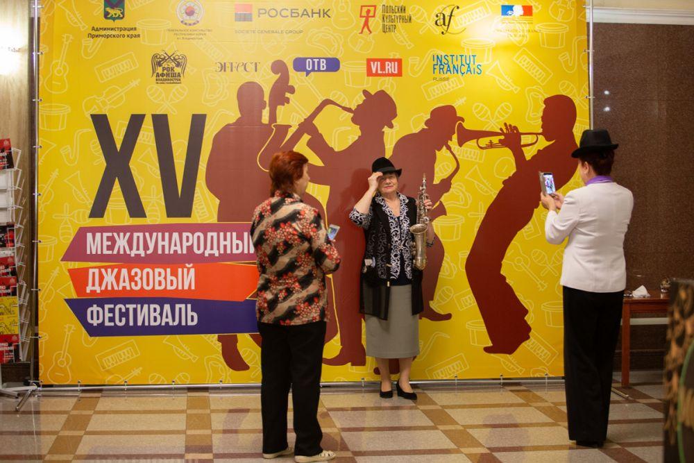 Фотография на память о международной музыкальной встрече.