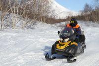 Туристов почти сутки искали на снегоходах.