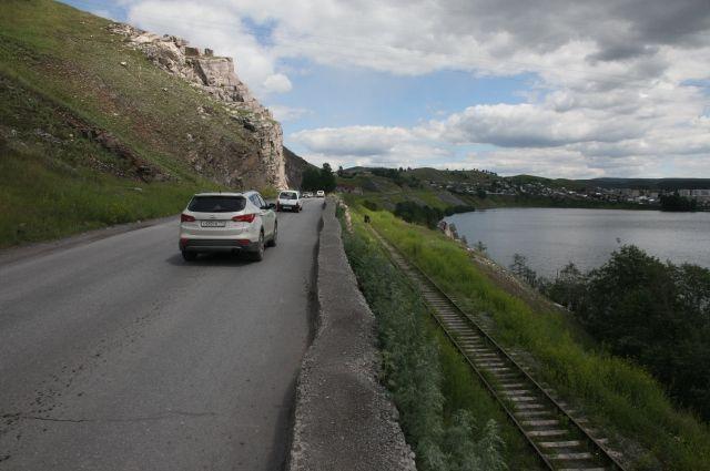В Катав-Ивановске, где произошло землетрясение, горы вплотную подступают к дорогам и железнодорожным путям.