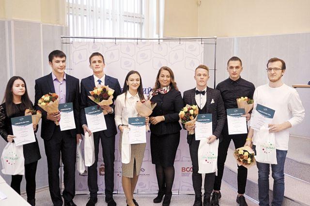 Ирина Константинова (в центре) вручила именные свидетельства и подарки лучшим студентам горно-нефтяного и химико-технологического факультетов.