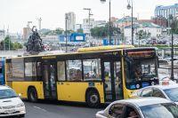 Теперь на автобусе - хоть за деньги хоть по карте.