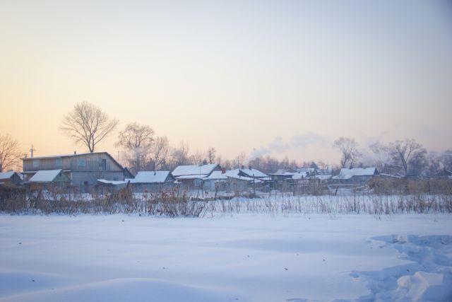 Для жителей глубинки валежник - настоящее спасение в зимние холода.