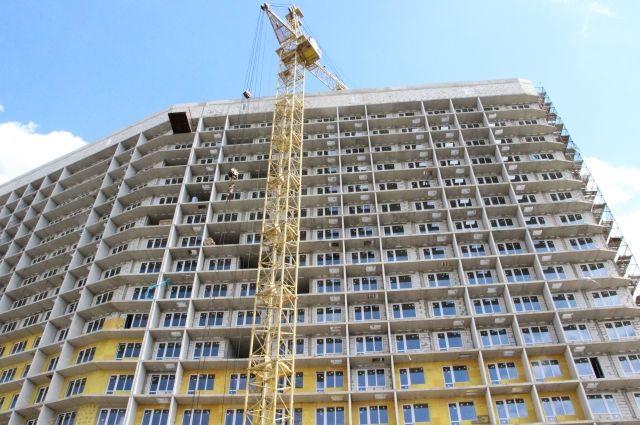 Сейчас застройщик завершает строительство дома – компания подключает здание к коммунальным сетям.