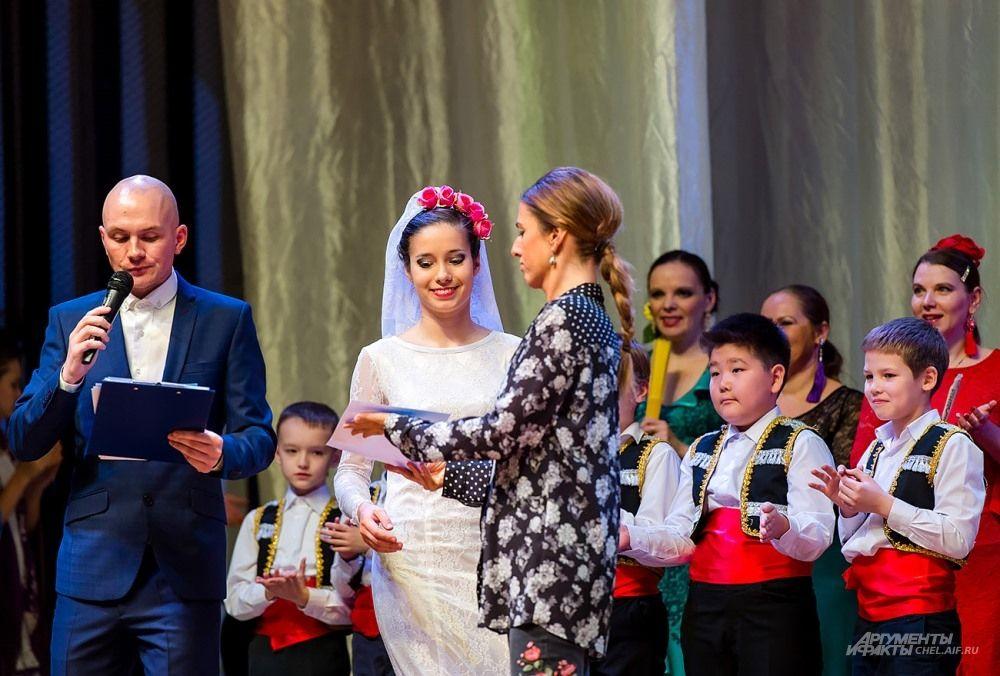 Награды победителям вручает Наталия Меириньо.
