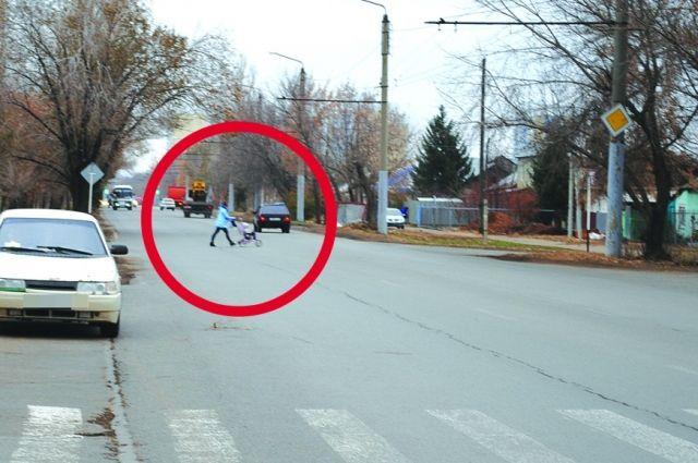 До пешеходного перехода - несколько метров, но люди идут там, где было смертельное ДТП.