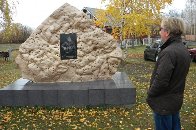 Вячеслав Петрухин установил во дворе своего дома памятник Высоцкому.