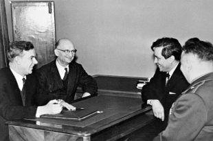 Председатель КГБ при СМ СССР В. Е. Семичастный (1-й слева) принимает советских разведчиков Рудольфа Абеля (2-й слева) и Конона Молодого (2-й справа). Москва, сентябрь 1964 года.