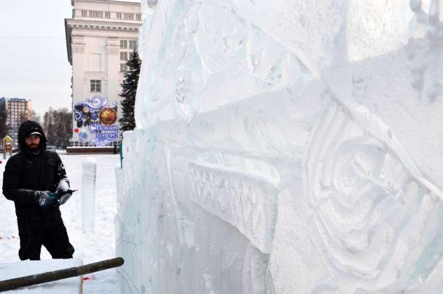 Кемеровчане ждут, когда на площади Советов поставят главную областную ёлку и развернут ледовую стройку.
