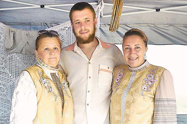 Даниил с мамой Ольгой (справа) и крёстной.