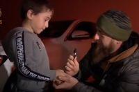 Рамзан Кадыров вручает ключ от автомобиля Рахиму Куриеву.