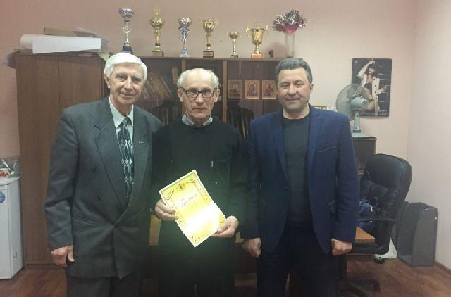Юрий Дрокин (в центре) принимает поздравления от городского спортуправления с 70-летием.
