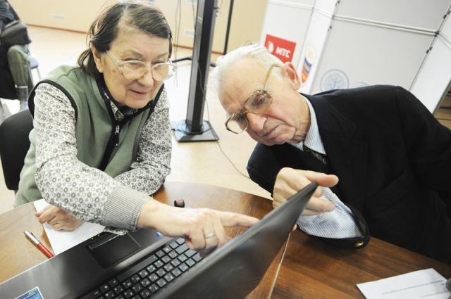 Пенсионеры осваивают фотошоп и социальные сети.