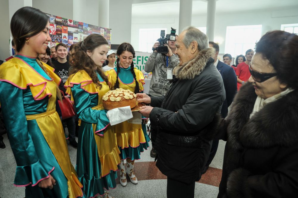 В 60-х Сакина Шаймиева окончила Московский высший финансовый институт и устроилась на работу в Управление общественного питания.